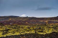 L'Islande avec la neige a couvert le Mountain View vers la mousse de lave avec du Cl Image libre de droits