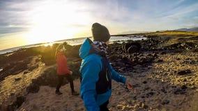 L'Islande - couple marchant sur le rivage d'une mer photographie stock libre de droits