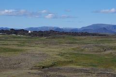 L'Islande dans un écoulement de lave a refroidi une petite maison image stock
