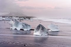 L'Islande - lumière de matin sur la plage de glace noire image libre de droits