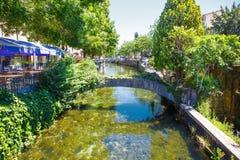 L'Isle-Sur-La-Sorgue liten typisk stad i Provence, Frankrike Arkivfoton
