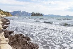 L'isola Agios Sostis di nozze visto dalla costa vicino a Laganas su Zacinto, Grecia fotografia stock libera da diritti