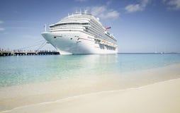 L'isola dei Caraibi di visita della nave da crociera fotografia stock libera da diritti