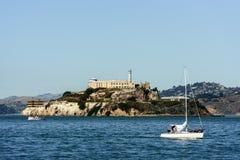 L'isola e la prigione di Alcatraz dal pilastro 39 a San Francisco fotografia stock