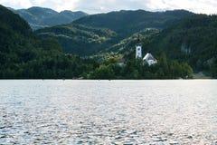 L'isola e le barche sanguinate sul lago hanno sanguinato, la Slovenia Fotografia Stock Libera da Diritti