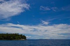 L'isola ed il cielo blu Fotografie Stock Libere da Diritti