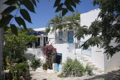 L'isola greca tipica ha imbiancato la casa in Tinos, Grecia Fotografia Stock