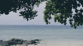 L'isola tropicale di paradiso di vacanza con la spiaggia della sabbia di mare sotto il sole dei bungalow ricorre in Tailandia archivi video