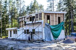 L'isolamento di una casa di legno di lana di scorie, pareti ha fatto di compensato con le serrature fotografia stock