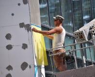 L'isolation de travailleur la façade du bâtiment photographie stock