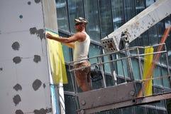 L'isolation de travailleur la façade du bâtiment photos libres de droits