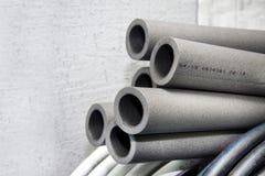 L'isolation tubulaire a fait de la mousse de polyéthylène dans le magasin photographie stock libre de droits