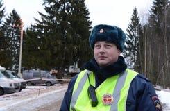 L'ispettore di polizia stradale sulla strada di inverno Immagine Stock