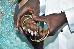 L'Israël, Negev, 2016 - les jeunes mariés pelés par mains ont échangé des anneaux d'or Jeune mariée dans une robe de turquoise Images libres de droits