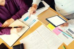 L'istitutore con lo studente insegna a per imparare dalla classe immagini stock