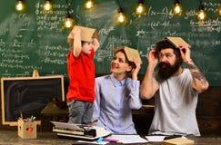 L'istitutore di affari che scrive sul computer portatile nel luogo di lavoro in aula, alcuni studenti impara il più bene ascoltan Fotografie Stock