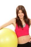 L'istruttore di forma fisica della donna tiene la sfera dei pilates in ginnastica Fotografia Stock