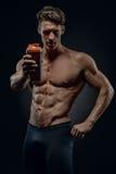 L'istruttore di forma fisica ricorda ai liquidi della bevanda dopo l'esercizio Immagine Stock