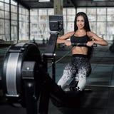 L'istruttore muscolare attraente potente di CrossFit della donna fa l'allenamento o Fotografie Stock