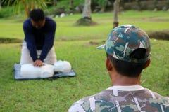 L'istruttore sta preparando il salvataggio ed il CPR al gua di vita e del pronto soccorso Fotografia Stock Libera da Diritti