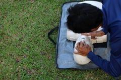 L'istruttore sta preparando il salvataggio ed il CPR al pronto soccorso ed alla vita Gu Immagine Stock Libera da Diritti