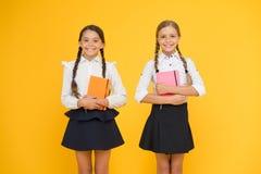 L'istruzione è processo graduale di ottenere la conoscenza Compagni di classe divertendosi alla scuola Infanzia felice scuola fotografia stock libera da diritti