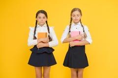 L'istruzione è processo graduale di ottenere la conoscenza Infanzia felice Concetto di istruzione scolastica Amici adorabili fotografia stock libera da diritti