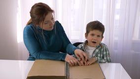 L'istruzione difficile per i bambini ciechi, giovane insegnante insegna al ragazzo cieco a leggere i libri di Braille con i simbo stock footage