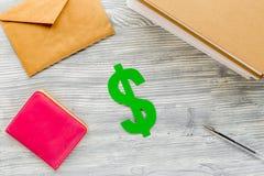 L'istruzione pagante ha messo con il simbolo di dollaro sulla vista bianca del piano d'appoggio Fotografia Stock Libera da Diritti