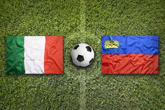 L'Italia contro Bandiere del Liechtenstein sul campo di calcio Fotografie Stock