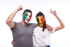 L'Italia contro il Belgio su fondo bianco I tifosi delle squadre nazionali celebrano, ballano e gridano Immagine Stock