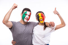 L'Italia contro il Belgio su fondo bianco I tifosi delle squadre nazionali celebrano, ballano e gridano Immagini Stock