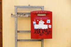 L'ITALIA - gennaio 32, 2017: Vista di una scatola di colonna rossa della posta tradizionale fuori di un ufficio postale Nel 1516  Fotografia Stock Libera da Diritti