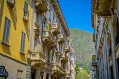 L'Italia, la Lombardia, il lago Como e la città abbelliscono la vista immagine stock