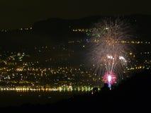 L'Italia, Liguria, Ventimiglia, fuochi artificiali, nei precedenti le luci di Monte Carlo immagini stock libere da diritti