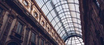 L'ITALIA, MILANO - novembre 2018: punto di vista interno del soffitto di vetro di Vittorio Emanuele II fotografie stock libere da diritti
