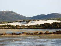 L'Italia, Sardegna, Carbonia Iglesias, Oporto Pino, lo stagno dietro le dune di sabbia bianche Immagine Stock Libera da Diritti