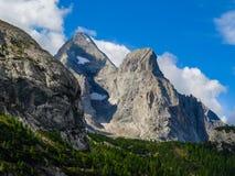 L'Italia si inverdisce i pendii del piede della dolomia Fotografia Stock