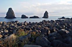 L'Italia, Sicilia: Le rocce in ciclope abbaiano fotografia stock