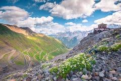 L'Italia, sosta nazionale di Stelvio Strada famosa a Stelvio Pass nelle alpi di Ortler Immagine Stock