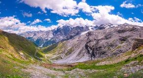 L'Italia, sosta nazionale di Stelvio Strada famosa a Stelvio Pass nelle alpi di Ortler Fotografia Stock Libera da Diritti
