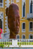 L'Italia, Venezia - 30 giugno 2013: busto monumentale di una ragazza Rui-Rui 7 metro alto, ghisa dello scultore Jaume Plensa, Ven Immagini Stock Libere da Diritti