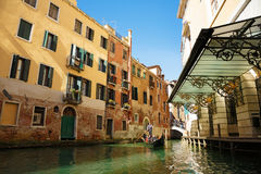 L'Italia, Venezia, il 25 febbraio 2017 Via di Venezia con la gondola, Br Immagine Stock Libera da Diritti