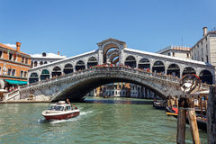 L'ITALIA, VENEZIA - luglio 2012 - molto traffico sul canal grande sotto Ponte di Rialto il 16 luglio 2012 a Venezia. Più di 20 m. Fotografia Stock Libera da Diritti