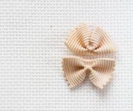 L'italiano piega la pasta del farfalle dal grano duro, vista superiore Fotografia Stock Libera da Diritti