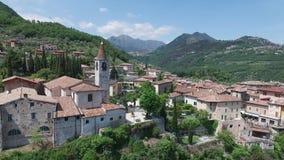 l'Italie Église sur la montagne et la vieille ville Panorama du policier magnifique de lac entouré par des montagnes vidéo clips vidéos