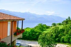 l'Italie Chambre en San Zeno di Montagna ` De balcon de Garda's de lac image stock