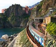 l'Italie. Cinque Terre. Train Photos libres de droits