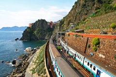 l'Italie. Cinque Terre. Train Images libres de droits
