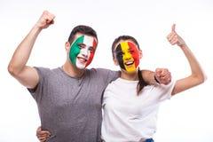 L'Italie contre la Belgique sur le fond blanc Les passionés du football des équipes nationales célèbrent, dansent et crient Images stock